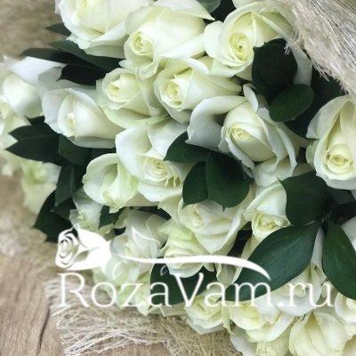 Букет из 29 белых роз  (70 см) + зелень