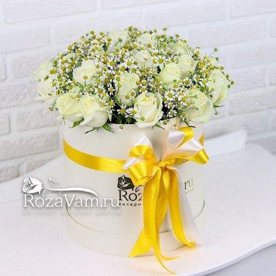 Коробка ромашек с розами