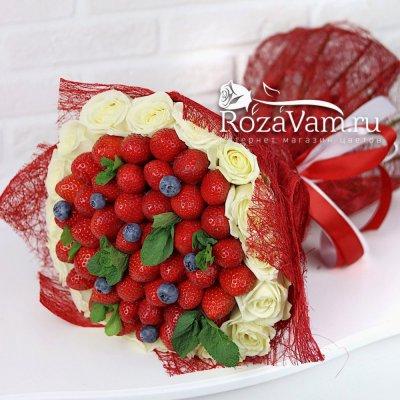 Букет из роз с ягодами