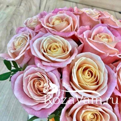 Коробка из персиковых роз