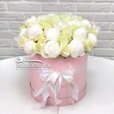 Коробка из пионов с розами