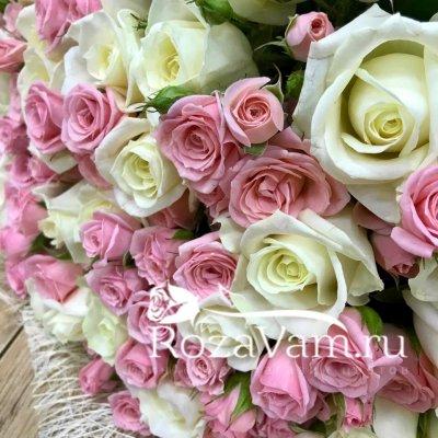 Букет кустовых роз с белыми розами