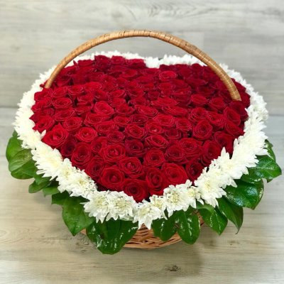 Корзина со 101 розой и хризантемами