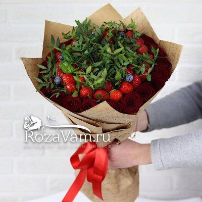 Клубничный букет роз с зеленью
