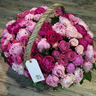 Корзина из пионов с пионовидными розами