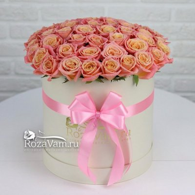Коробка персиковых роз 51 шт