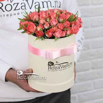 Кустовые розы в коробке с зеленью
