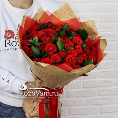 Букет из 51 алой розы с зеленью