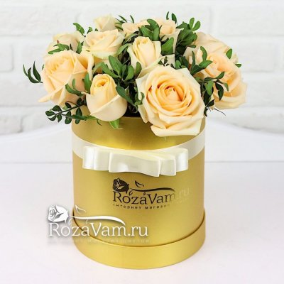 Коробка кремовых роз с зеленью