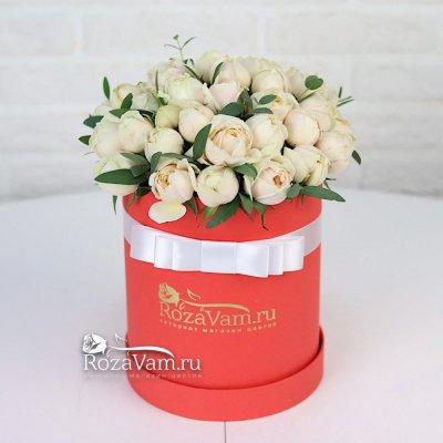 Белая пионовидная роза в коробке