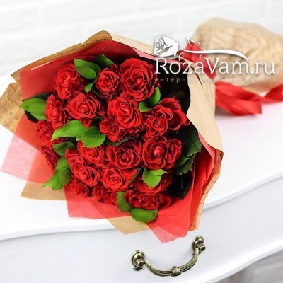 Букет из 19 алых роз  + зелень