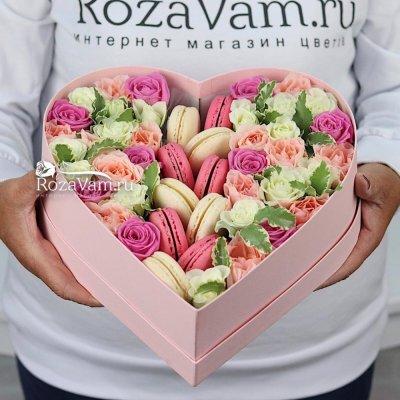 Сердце из цветов с макарунами