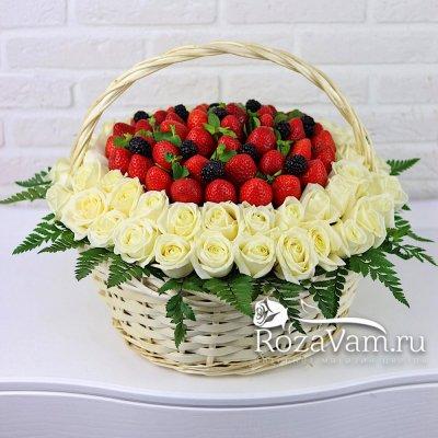 Корзина из роз с ягодами