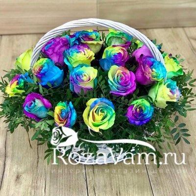Корзина из 25 радужных роз