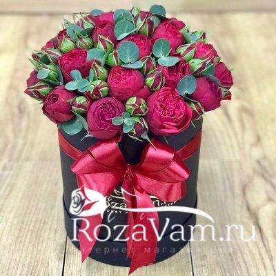 Пионовидные красные розы в коробке