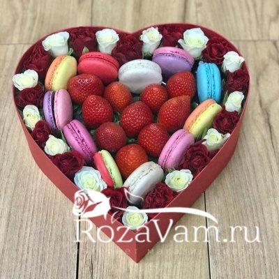 клубничное сердце с макарунами