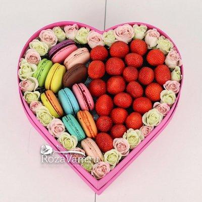 Клубничное сердце с цветами