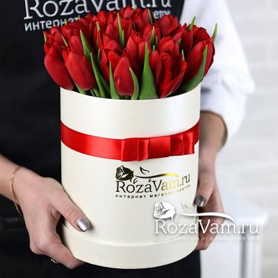Коробка из 29 красных тюльпанов