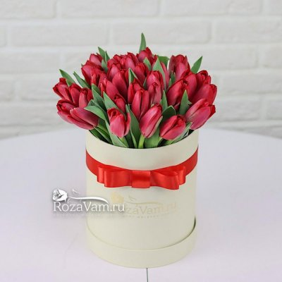 Коробка из 35 красных тюльпанов