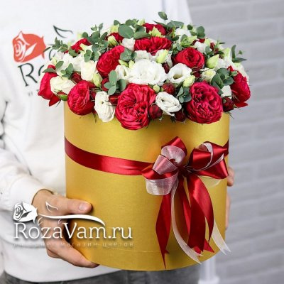 Пионовидные красные розы с эустомой