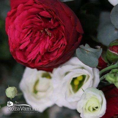 Пионовидные розы в корзине с эустомой