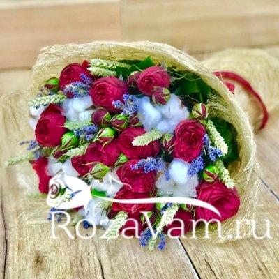 Пионовидные розы в букете с лавандой