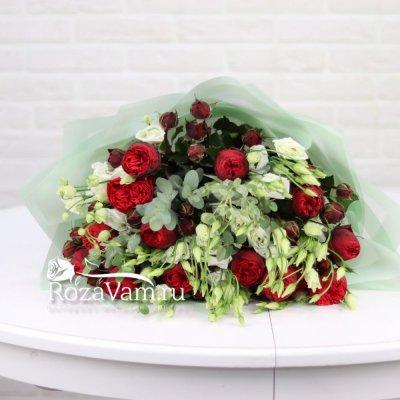 Пионовидные розы в букете с эустомой