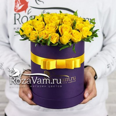 желтая кустовая роза в коробке