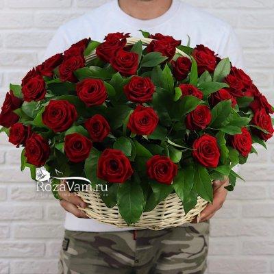 Корзина из 51 красной розы с зеленью