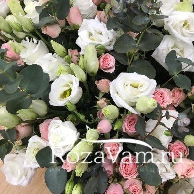Корзина роз из эустом с розами
