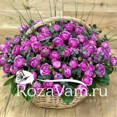 пионовидные розы в корзине с эвкалиптом