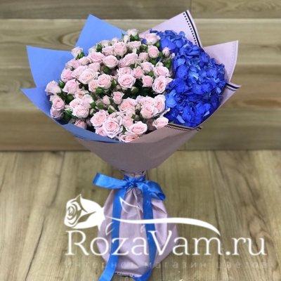 Букет из кустовых роз с гортензией