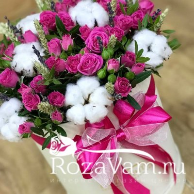 Коробка малиновых роз с лавандой М