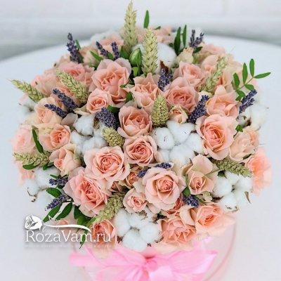 Коробка розовых роз с лавандой М