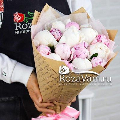 букет из 15 бело-розовых пионов