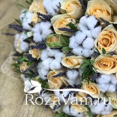 букет из кремовых роз с лавандой