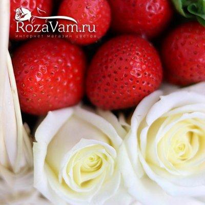 Клубничная корзина роз с мятой