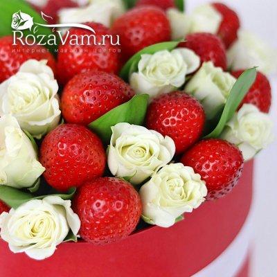 клубничная коробка с белой розой