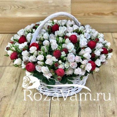 Корзина кустовых роз с пионовидной розой