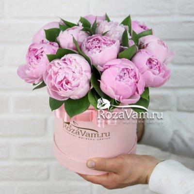 Розовая шляпная коробка из 11 пионов