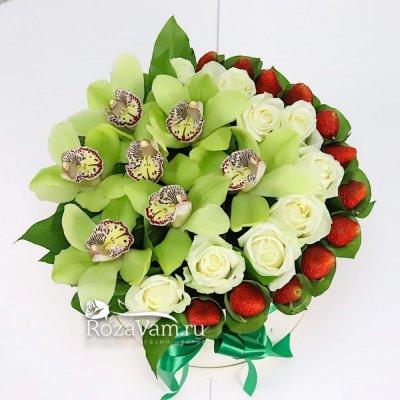 Клубничная коробочка с зелеными орхидеями