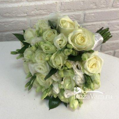 Букет невесты из белых роз и эустом