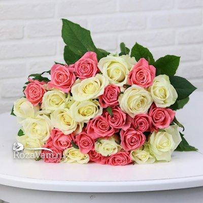 Букет из 29 белых и коралловых  роз (70 см)