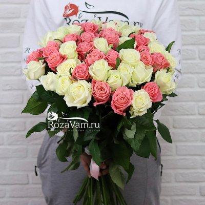 Букет из 51 белой и коралловой розы (70 см)