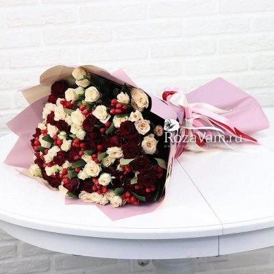 Кустовые розы с ягодами гиперикумом