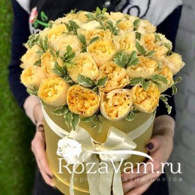 Золотая шляпная коробка из пионовидных роз