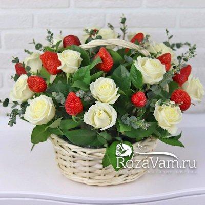 Корзина роз с клубникой