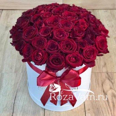 Кремовая шляпная коробка из 51 шт  розы