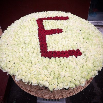 Любая буква в корзине 1001 роза