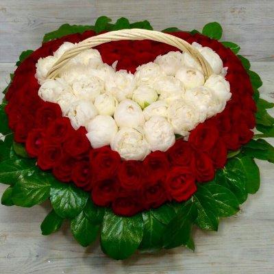 Корзина из роз с пионами в виде сердца